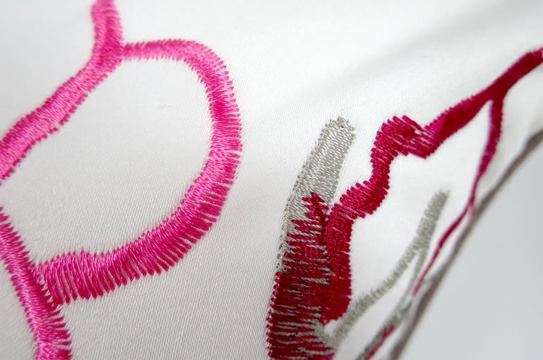 コットン100%の花刺繍フレンチグレークッション by CASAMANCE(カサマンス)中材付