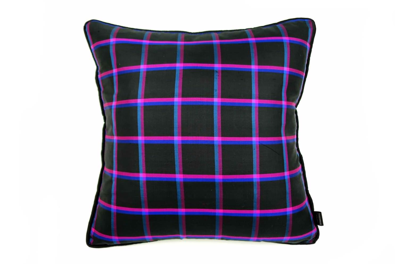 高い品質を誇るタイシルクのパイピングブラックチェッククッションカバー 45×45