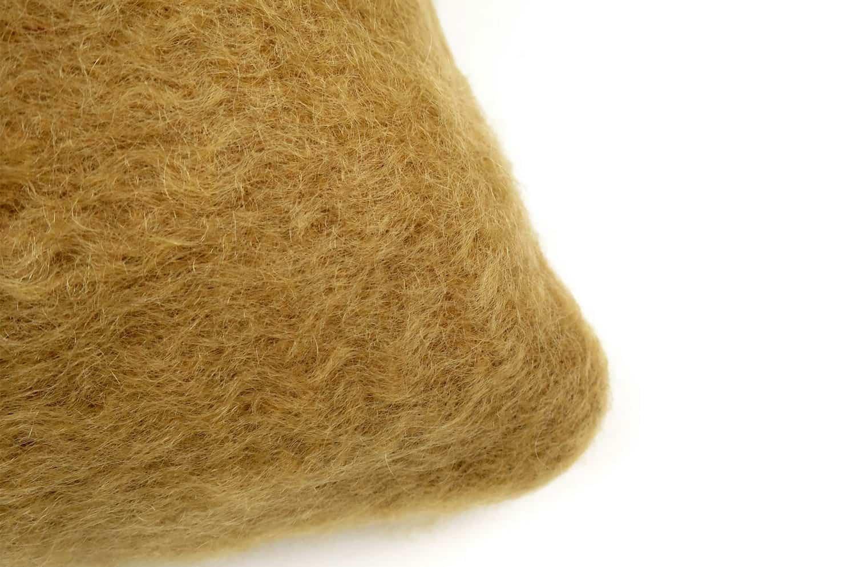 希少なキッドモヘアを贅沢に両面にあしらったEZCARAYライトブラウンクッションカバー 50×50