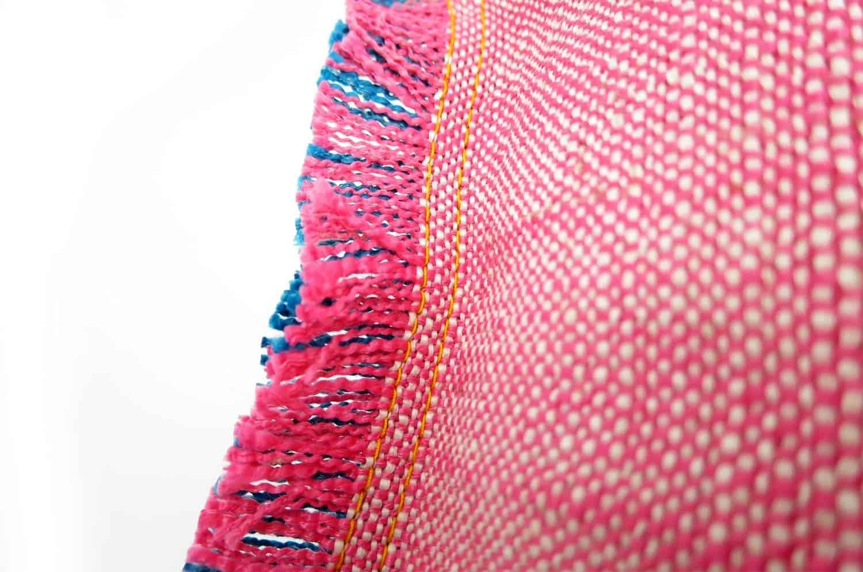太糸の切りっぱなしをそのままフリンジの様にデザインしたROMOスモールクッション 46×32