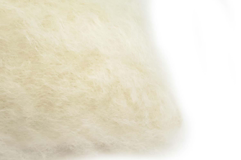 超希少なミルキー色キッドモヘアを贅沢に両面にあしらったBALMUIRクッションカバー 50×50