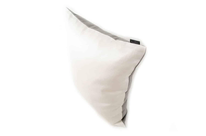 フィスバの爽やかな白のチンツ加工が際立つクッションカバー 40×40
