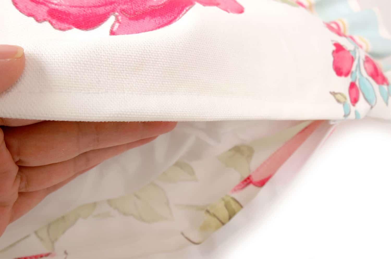 ストライプフリルとCLARKE & CLARKEのキュートなお花柄が人気のホワイトクッションカバー 40×40