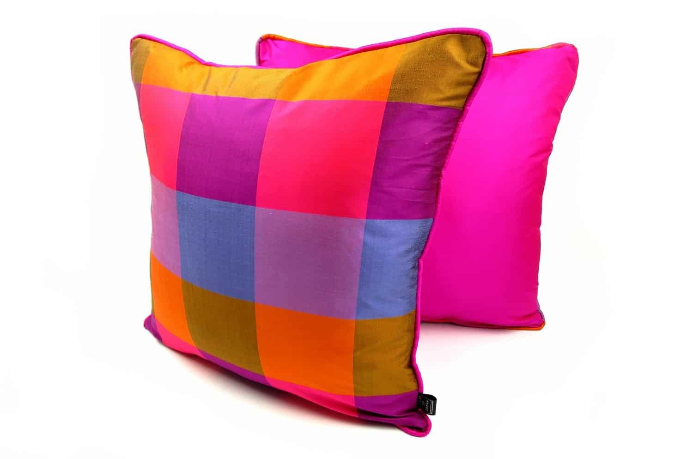 高い品質を誇るタイシルクのピンクパイピングクッションカバー 45×45