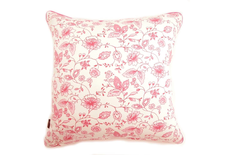CLARKE & CLARKEの小さな花柄が可愛いピンク色のパイピング付クッションカバー 45×45