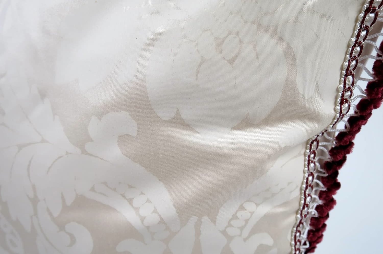 しっとりとした肌触りの白ダマスク柄にワイン色トリムがセンスなヴィンテージクッション 45×45