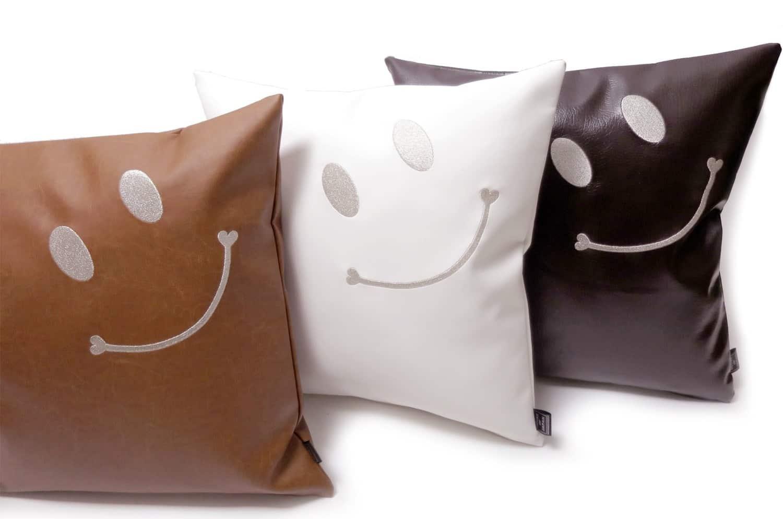 スマイル 『ニコフェイス®』/高級インポート生地に贅沢スマイル 『ニコフェイス®』刺繍のホワイトクッションカバー 45×45