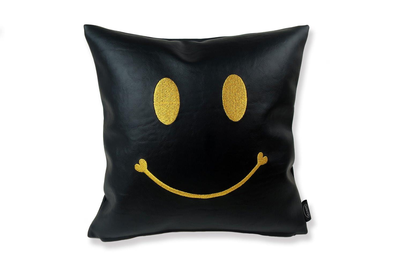スマイル 『ニコフェイス®』/黒にゴールド刺繍のスマイル 『ニコフェイス®』CHIBI クッション 34×34