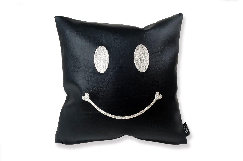 スマイル 『ニコフェイス®』/黒にシルバー刺繍のスマイル 『ニコフェイス®』CHIBI クッション 34×34