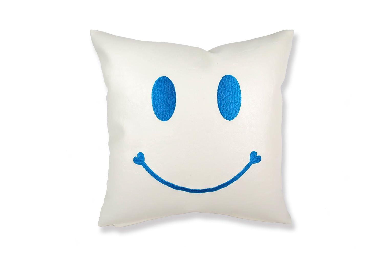 スマイル 『ニコフェイス®』/ホワイトソフトレザーにブルーのスマイル 『ニコフェイス®』刺繍CHIBIクッション 34×34