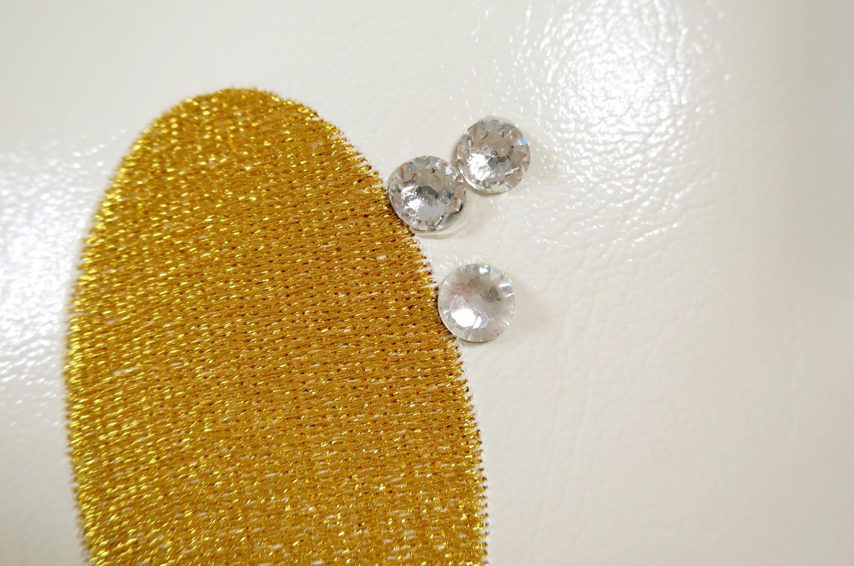 スマイル 『ニコフェイス®』/まつ毛がスワロフスキー!パールホワイトレザーにゴールドスマイル 『ニコフェイス®』刺繍のCHIBIクッション Lady34×34