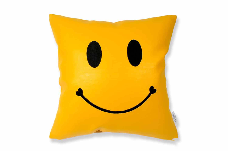 The Chibi Smile チビスマイル キュートブラックスマイル 『ニコフェイス®』刺繍クッション イエロー 34×34cm 中材付