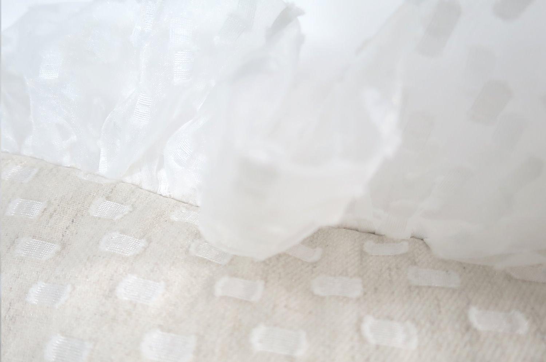 可憐なレース生地の透けた繊細さと華やかさのフリルクッション 45×45