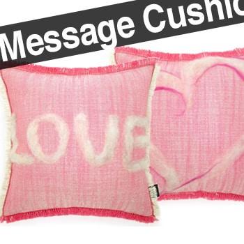 やさしいピンクにLOVEとハートのメッセージクッション 35×35