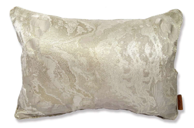 アルマーニカーザの貴重なシルクとメタリックの糸がとても美しいHOUSTONパールベージュファブリックを使用した高級感のある中材付横長クッション