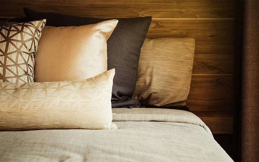 ベッドの上のホテルライクなクッション