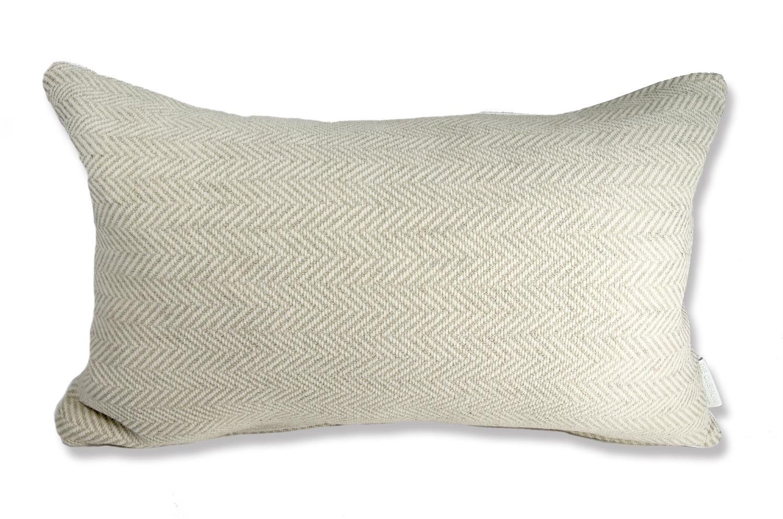 柔らかで滑らかな肌触りのヘリンボーンジャガード横長クッション(ミルククリーム 50×32cm)