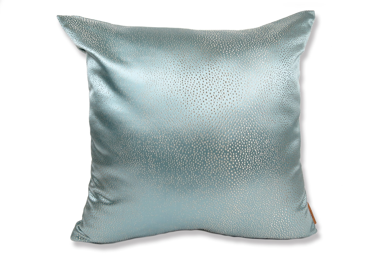 アルマーニカーザのアクアブルー色がとてもクールで上品なRIVOLI-GHIACCIOファブリックを使用した高級感のある中材付45cmクッションカバー