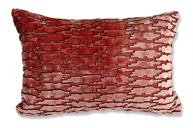 フランスピエールフレイ社の光沢のあるブリック色カットベルベットがとても美しい中材付横長クッション