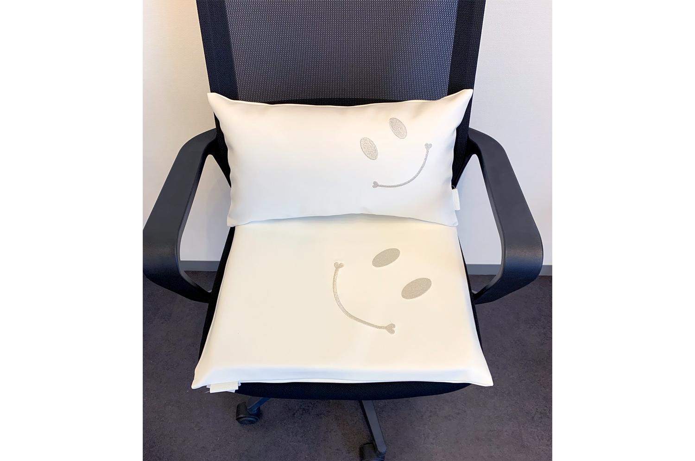 高級感溢れる白のフェイクレザーにとっても愛らしくキュートなスマイル『ニコフェイス』シルバー刺繍されたクッションセット